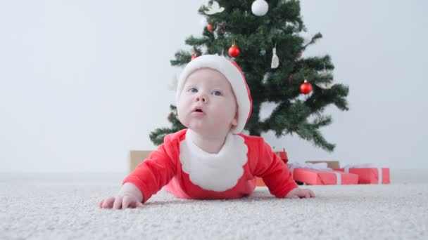 Karácsonyi concept. Jelmez, Santa Claus, keres egy ajándék aranyos baba