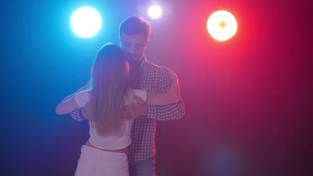 Konzept des Tanzes und der Beziehungen. junges schönes Paar tanzt sinnlichen Tanz in Farbe Licht