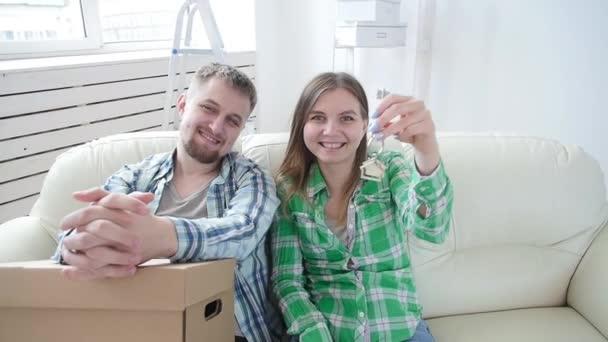 Fogalma felvásárlás és bérbeadás ingatlan. Boldog fiatal pár mutató kulcsai új otthon