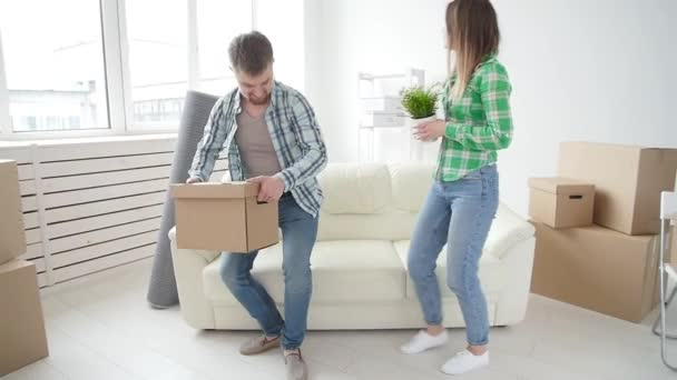 Koncepce nákupu a pronájmu nemovitostí. Mladý rodinný pár koupil nebo pronajal svůj první malý byt