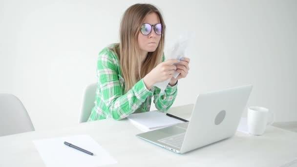 Žena bere v úvahu výši nákladů na nákupy a platby kreditů tím, že zadáváním informací do laptopu pro účetnictví domácí účetní evidence. Koncepce úspor a peněz