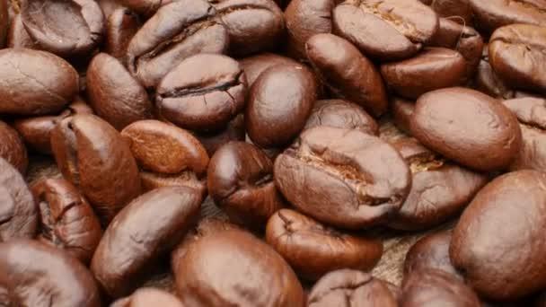 Těsné, hladké pohybující se pražené kávové fazole
