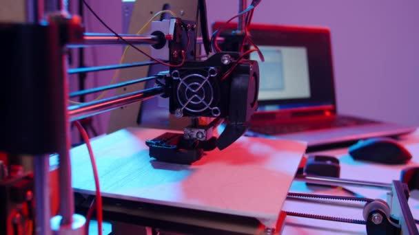 Konzept moderner Produktionstechnologien. 3D-Drucker drucken Figur aus nächster Nähe