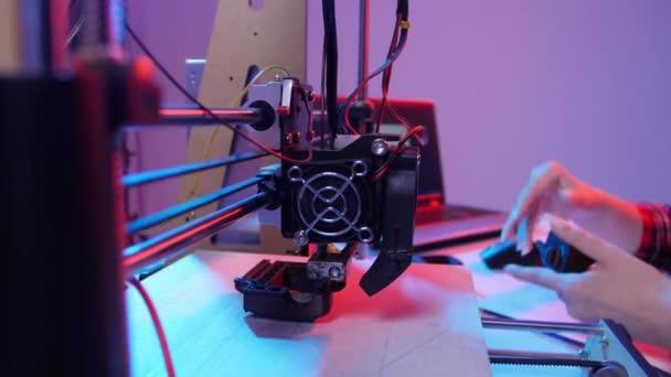 Konzept moderner Produktionstechnologien. Junge Studentin macht den Artikel auf dem 3D-Drucker