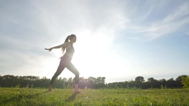 Sport und gesunder Lebensstil. junge athletische Frau im Weitsprung sonnigen Himmel Hintergrund