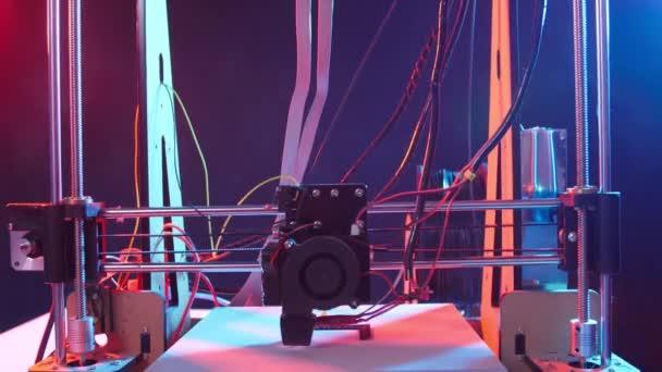 3D-Druck oder additive Fertigung und Roboter-Automatisierungskonzept. Dreidimensionaler 3D-Drucker führt Produkterstellung durch