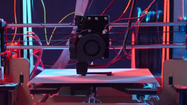 3D tisk nebo přídatná výroba a koncept automatické automatizace. Trojrozměrná 3D tiskárna provádí tvorbu produktu