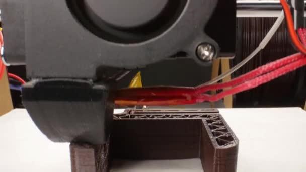 Automatické tří dimenzionální 3d tiskárna provádí plastikové modelářství v laboratoři