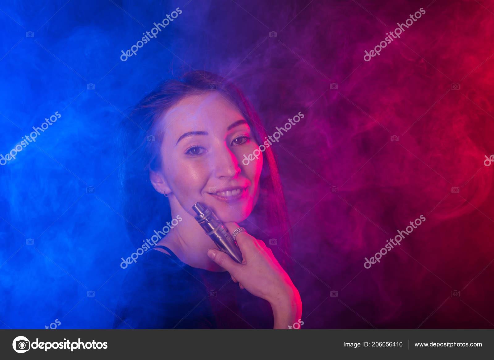 9151035c7b5b Πορτραίτο κοριτσιού σε χρωματιστό νέον καπνού με vape ή ηλεκτρονικό τσιγάρο  — Φωτογραφία Αρχείου