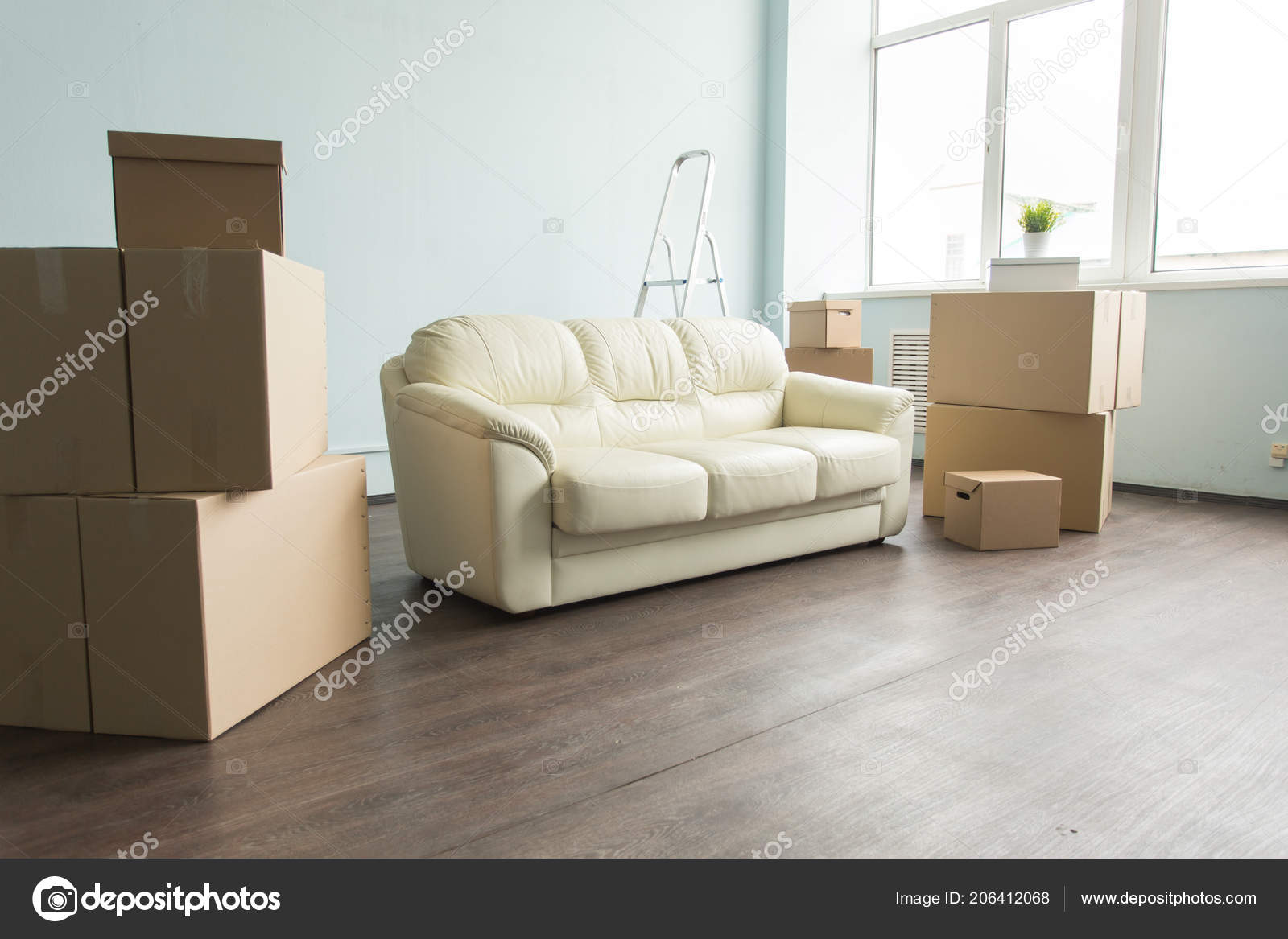 Cosas nuevas, relax, movimiento, concepto de muebles - un nuevo sofá ...