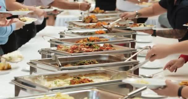 Skupinové stravování formou potravin krytý v luxusní restauraci s masem barevných ovoce a zeleniny. Zblízka. Banket, oběd, špatná výživa, obžerství koncept