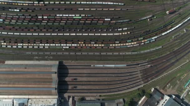 A vasútállomástól a tehervonatok és a konténerek a légifelvételek. Forgatás felülről légi felvételeket a vasúti közlekedési csomópont, amely bemutatja a különböző vonatok parkolt, 4k