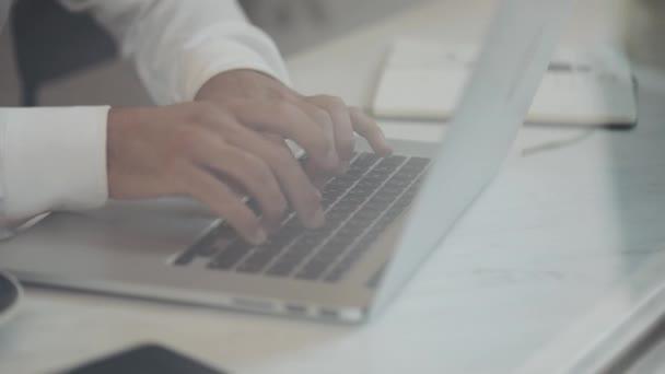 Ember dolgozik a laptop a kávézóban. Fiatal szabadúszó ül kávézó-kávéház a tábla és a gépelés, vagy néhány információt keres egy csésze. Közelről
