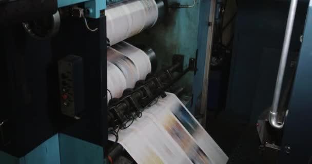 Stampa centrale di fabbrica. Stampa di giornali in una pianta. Giornale stampato su una macchina da stampa casa