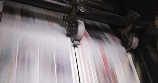 Stampa centrale di fabbrica. Stampa di giornali in una pianta. Giornale stampato su una stampatrice di casa. Chiuda in su