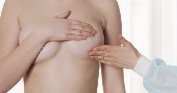 Ärztin untersucht Frauenbrust im Krankenhaus. Brustkrebsprävention. Nahaufnahme.