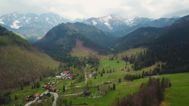 Letecký pohled na silnici v lese pohoří Tatry. Cesta z Polska na Slovensko