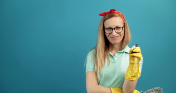 Frau posiert vor Kamera mit Reinigungsspray und Pinsel