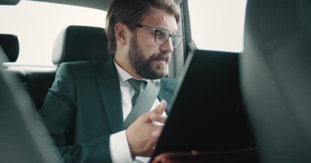 Komoly ember használja laptop videobeszélgetés auto