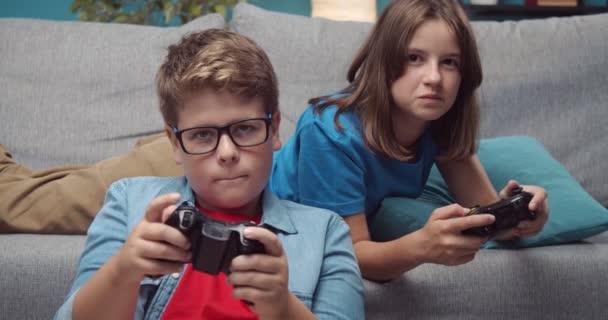 Két gyerek, akik joystickkal videojátékoznak