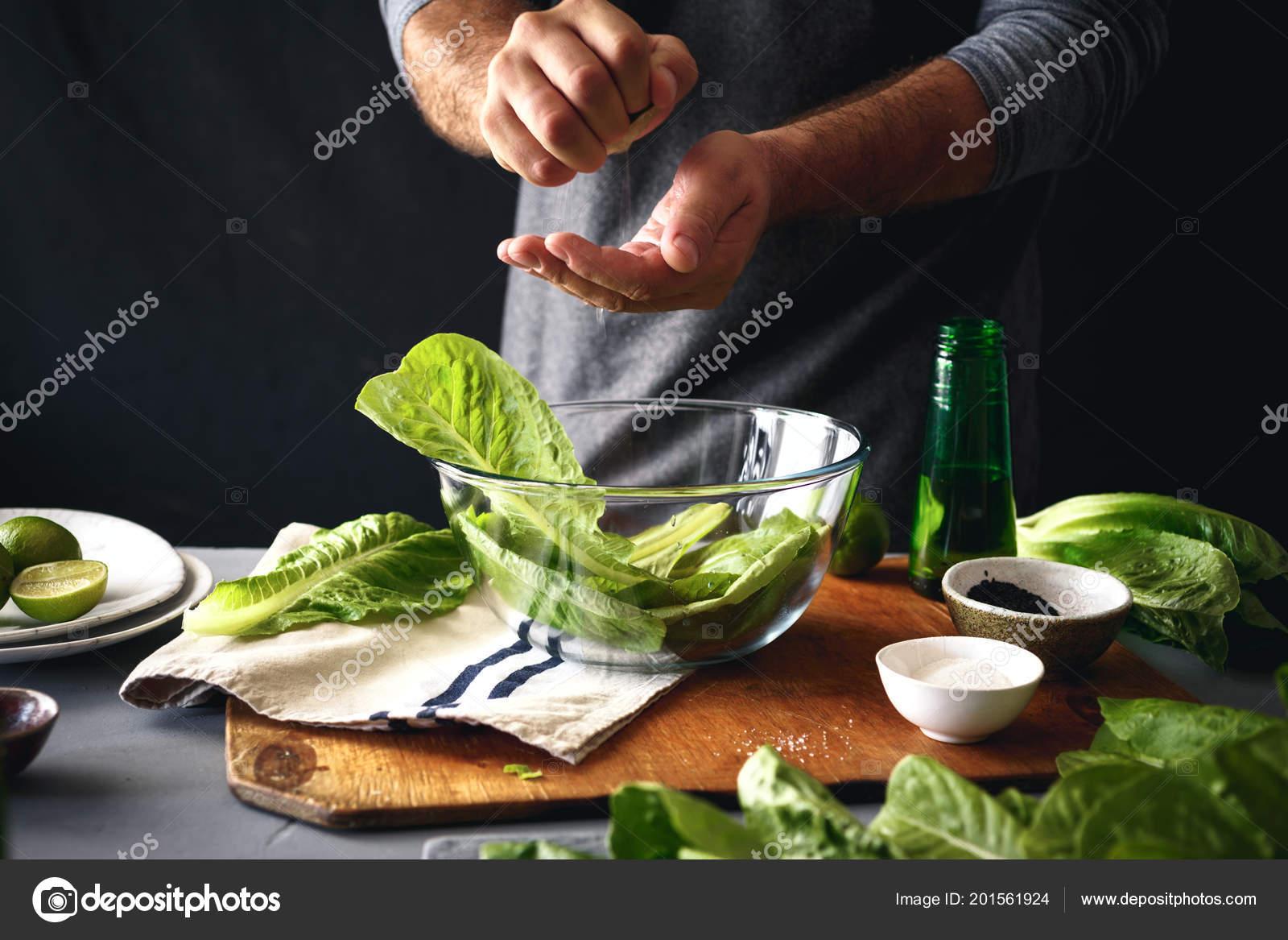 Cocinar Lechuga | Hombre Cocinar Ensalada Verde Lechuga Romana Concepto Comida