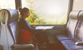Fotografie Žena cestovatel s batohem posezení v horské železnice a při pohledu na mapu cestovní trasy