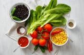 Pohled shora sada syrové potraviny pro vaření taco salát bílý dřevěný stůl
