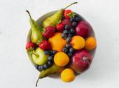 Mixujte ovoce na světle pozadí