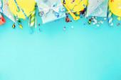Oslava pozadí s dárkovou krabicí, barevné party stuhy konfety narozeninové party klobouky vrchní pohled