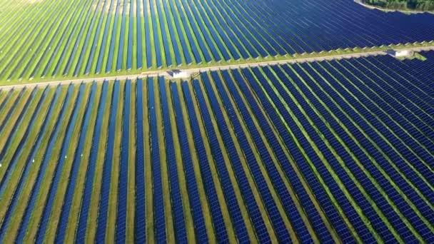 Arial view pole se solárními panely, solární energie