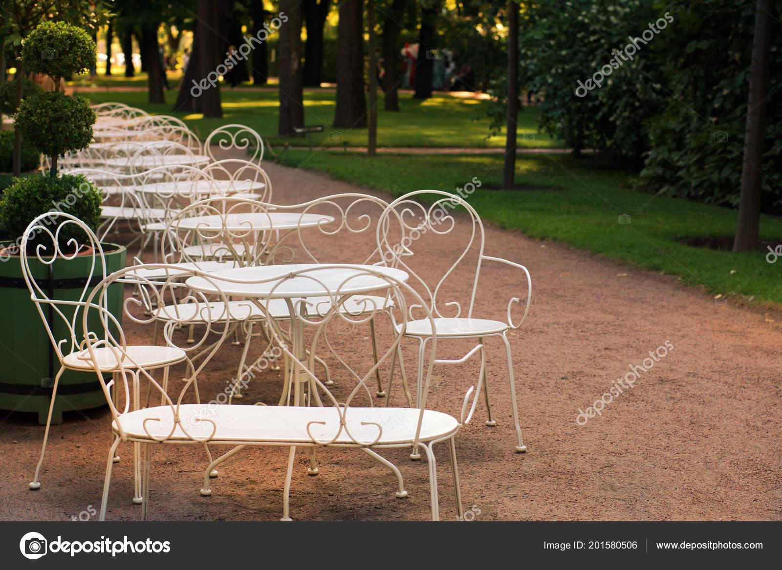 Elegante bianchi tavoli sedie giardino una serata estiva vuoto