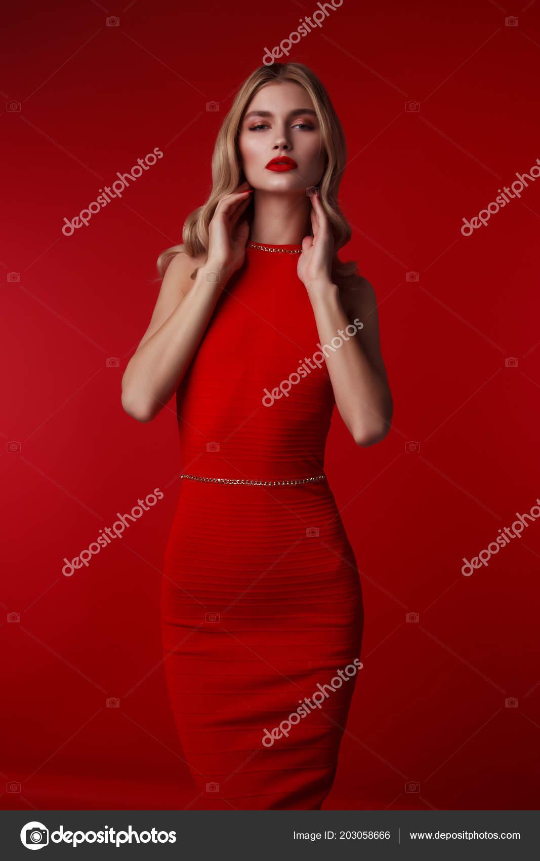 30e95a2e77e51a Mode Foto Van Een Mooie Elegante Blonde Vrouw Een Lange — Stockfoto ...