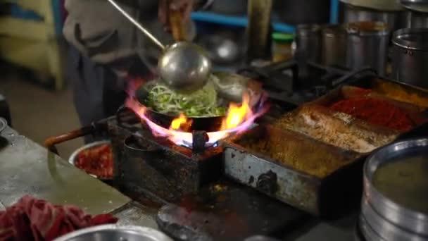 Curry im indischen Dhaba Hotel vorbereiten