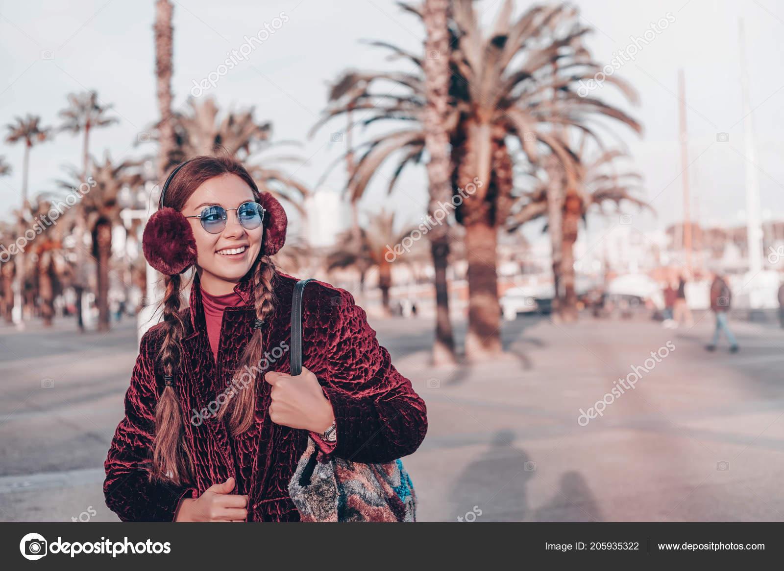 Mujer feliz en gafas de sol y vestido de caminar al aire libre. Mirando a  cámara. Retrato de moda de vida sol de mujer hipster con estilo joven  caminando en ... 51fab2e293cc
