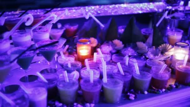 Tabulka v nočním klubu lemované různé koktejly za stranu