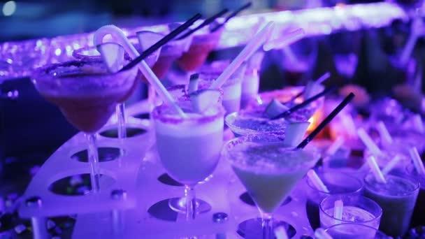 Nahaufnahme einer großen Anzahl an Cocktails auf den Tisch auf der party