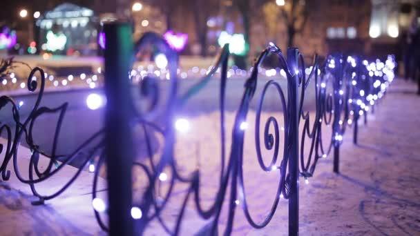 Vánoce, nový rok čas v ulicích města, zdobené a osvětlené