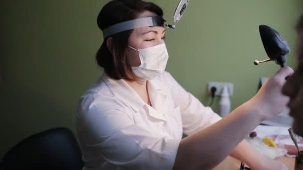 HNO-Arzt untersucht einen Patienten in der Klinik