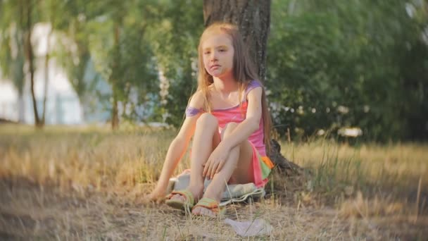 Malá holčička brečí, sedí na stromě na festival barev Holi