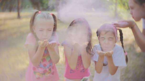 Kislányok a Holi fesztivál színes por a kezét