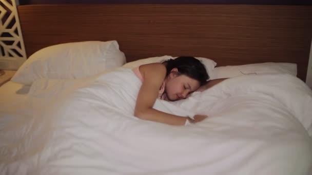 Kaukázusi kislány felébred és nyújtás