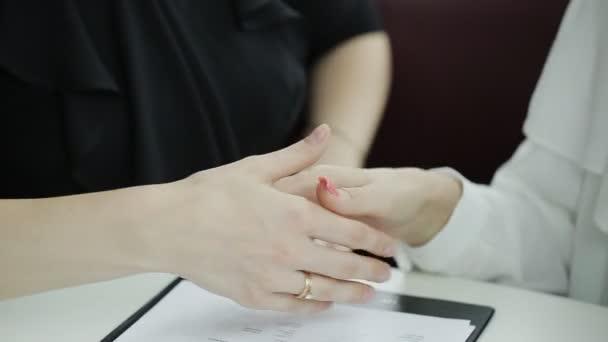Dvě obchodní žena podepisování dokumentů u stolu. Proces podepisování smlouvy mezi dvěma podnikání žen