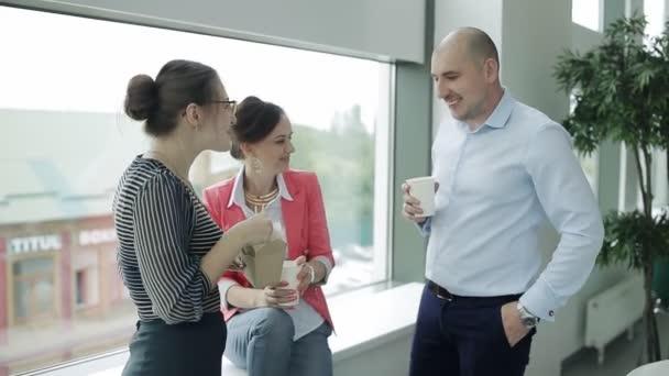 Tři zaměstnanci firmy na přestávku na oběd. Kolegové přišli na bizneslanch jíst