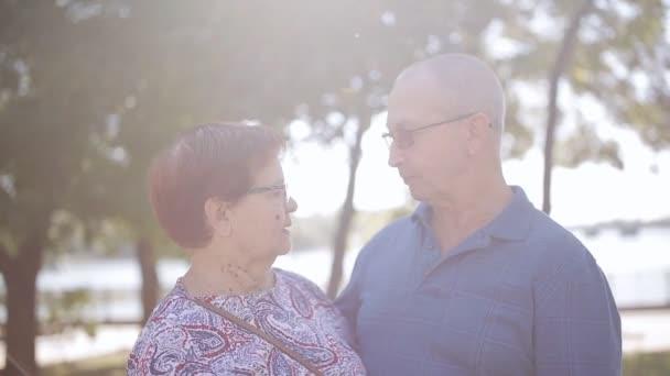 Vecchio concetto di età, di amore e di persone - coppie anziane felici nellamore allaperto. Coppie felici degli anziani anziani nel giardino soleggiato.