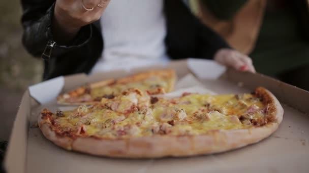 Detail z rukou lidí s plátky Pizza. Rám. Má jíst pizzu se sýrem, rajčaty a šunkou. Výborné jídlo pro obžerství a potěšení.
