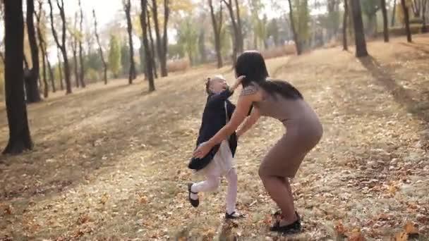 matka se točí kolem sebe se svou milovanou dcerou. Šťastná rodina baví v parku