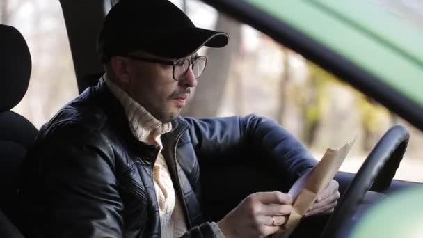 das Überwachungskonzept. Privatdetektiv oder Spion überwacht das Objekt, das im Auto sitzt und seine Treffen und Reisen fotografiert.