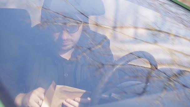 Privatdetektiv Mann im Auto sitzen und mit Dslr-Kamera fotografieren