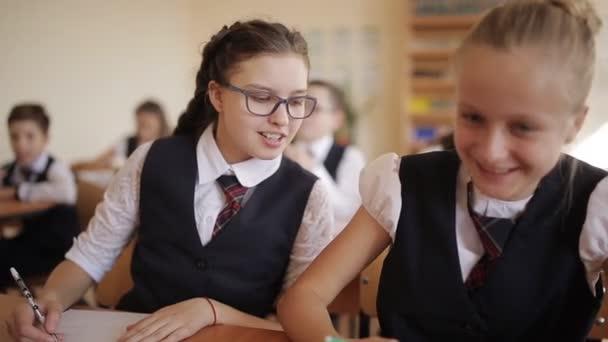 Testování studentů středních škol. Naughty student odvádí děti ve třídě a hodí papírové letadlo
