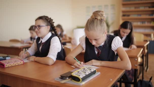 vysokoškoláků ve školní uniformě zápisu certifikační práce. testování žáků.